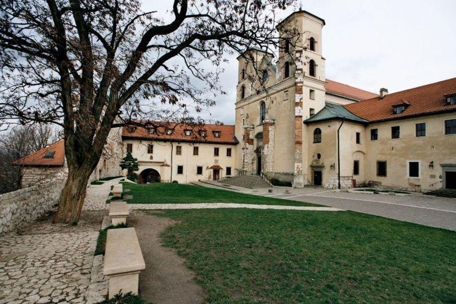 Бенедиктинский монастырь в Тынце