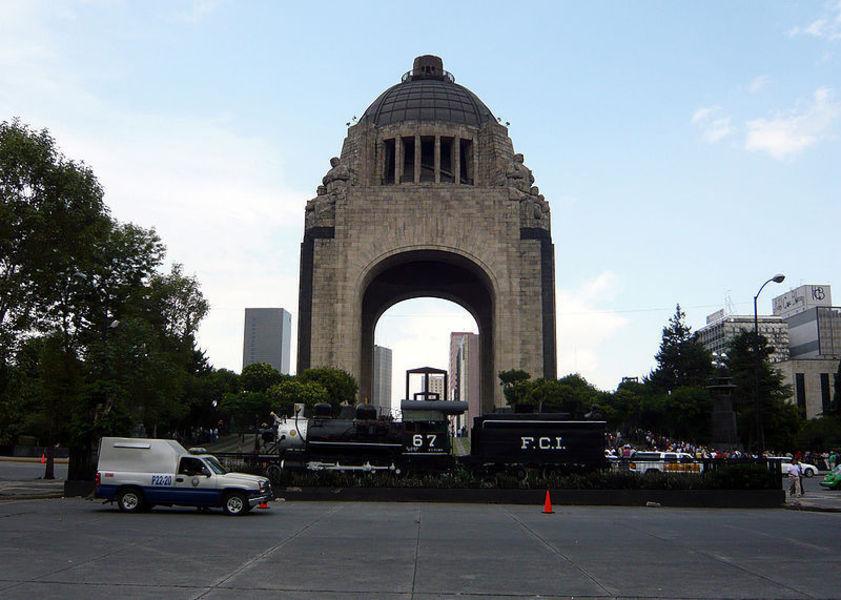 Памятник и Музей Революции
