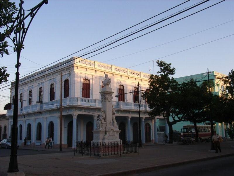 Пасео-дель-Прадо, Сьенфуэгос