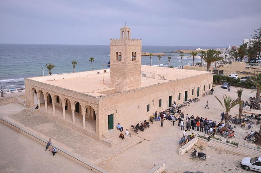 Большая мечеть, Монастир
