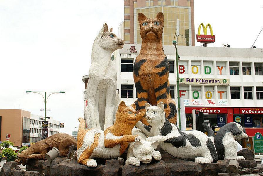 Статуи кошек