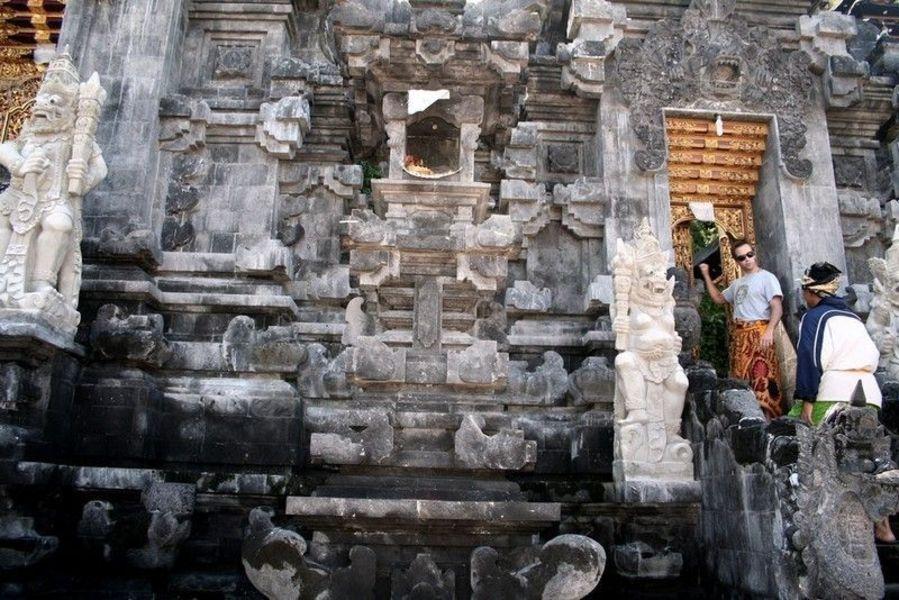 Индуистский храм Goa Lawah