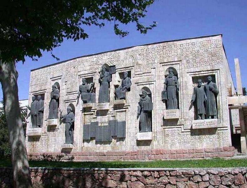 Памятник Айни