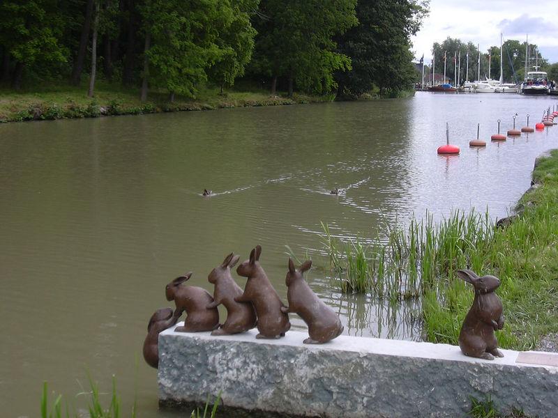 Памятник зайцам
