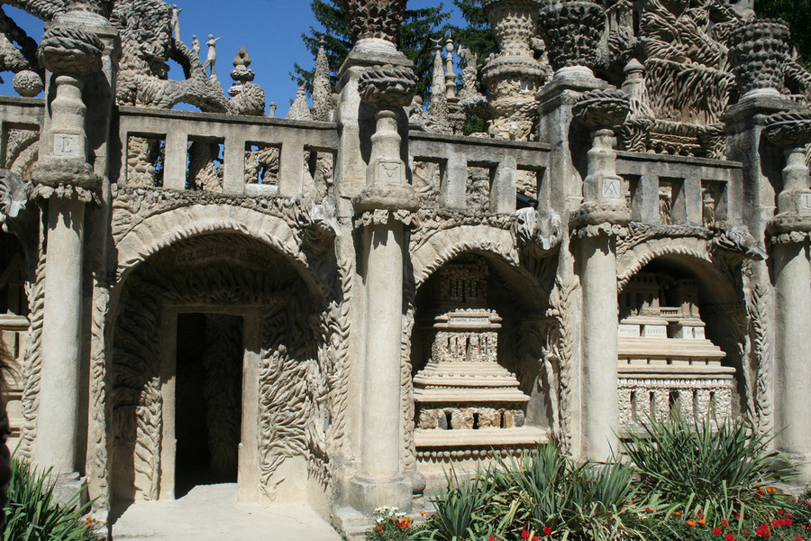 Идеальный дворец или Дворец Фердинанда Шеваля в местечке Отрив во Франции