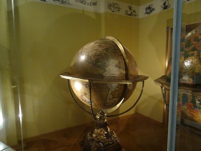 Музей глобусов во дворце Молларда в Вене