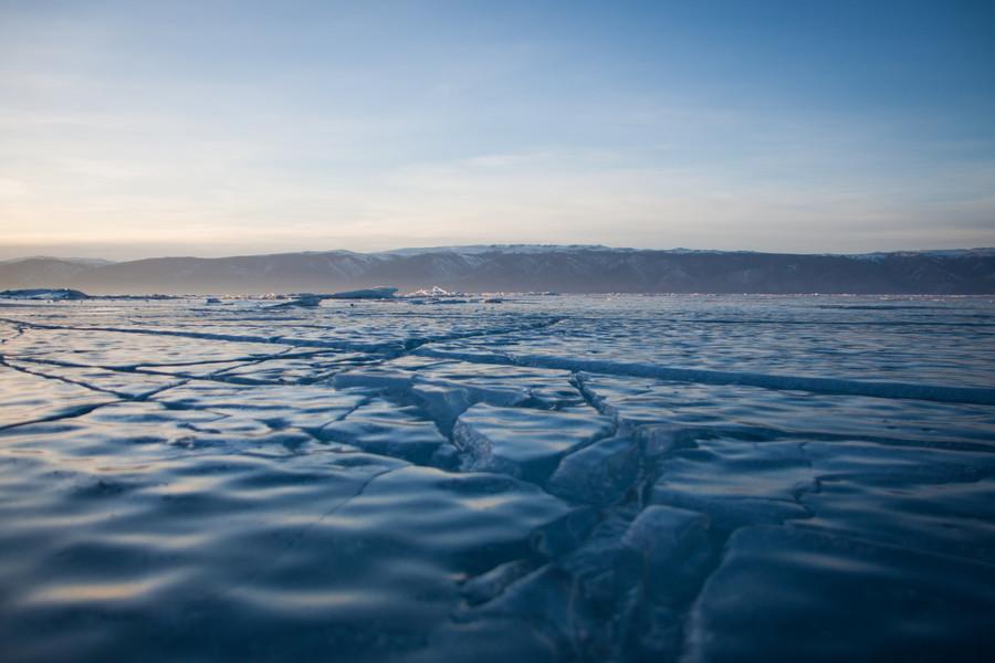 Озеро Байкал во льдах
