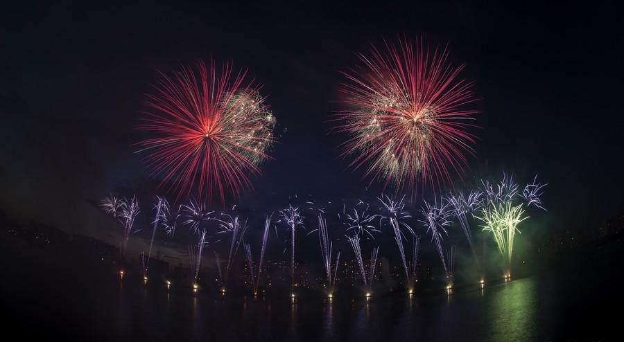 Фестиваль фейерверков в Братеевском каскадном парке в Москве - 2016