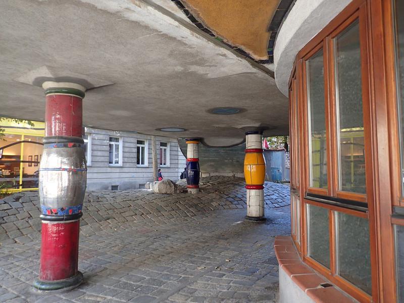 Знаменитый жилой Дом Хундертвассера в центре Вены