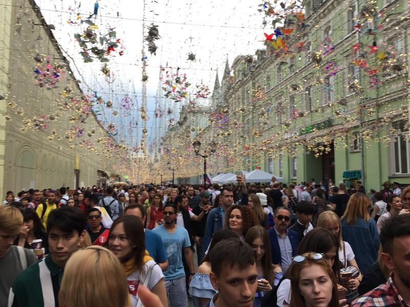 Фан-зона на Никольской в Москве