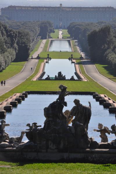 Королевский дворец и каскад фонтанов в Казерте