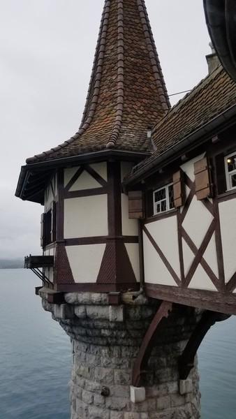 Замок Оберхофен на берегу Тунского озера