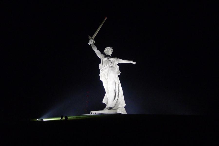 Волгоград. Мамаев курган вечером
