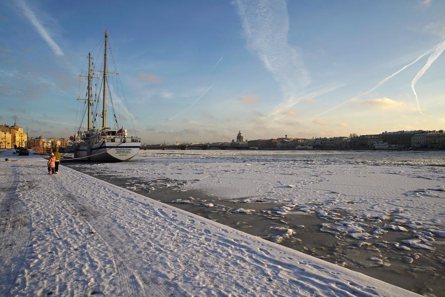 Замерзшая река Нева